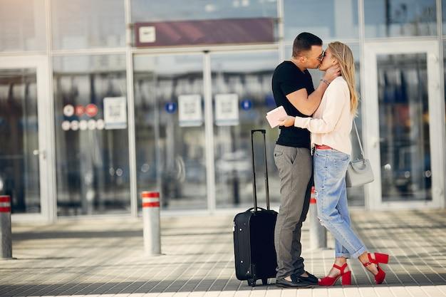 Belle coppie che si levano in piedi nell'aeroporto