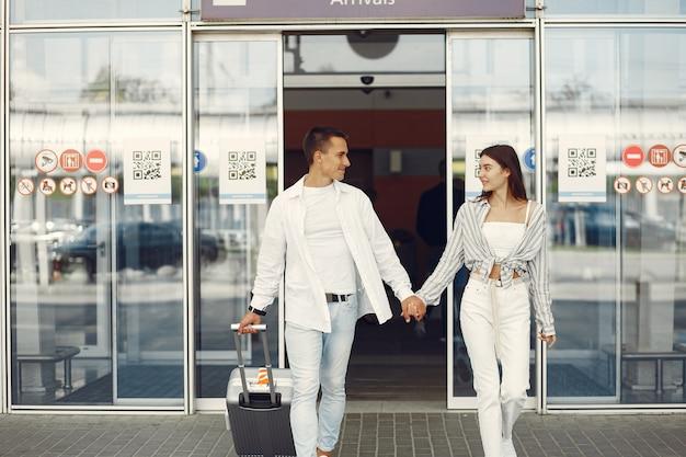 Belle coppie che stanno vicino all'aeroporto
