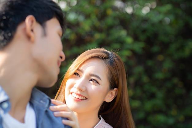 Belle coppie del ritratto che si guardano e che sorridono con felice.