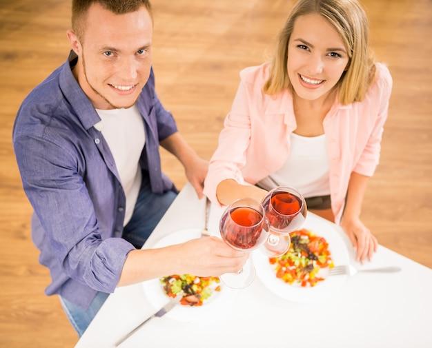 Belle coppie della famiglia cenando insieme.