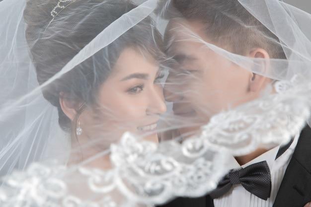Belle coppie felici nelle nozze in studio