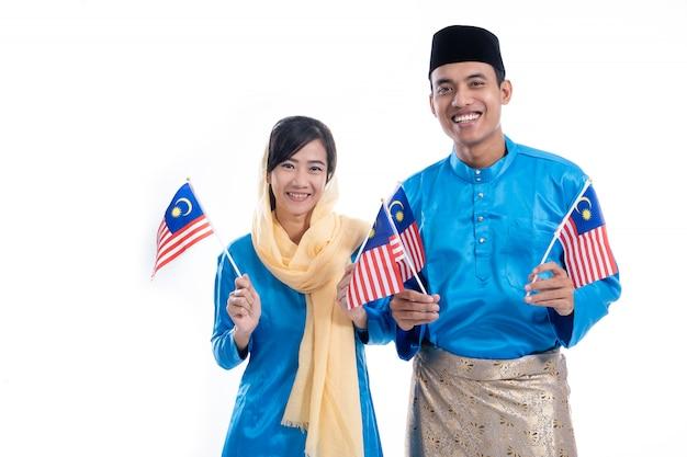 Belle coppie musulmane con la bandiera della malesia