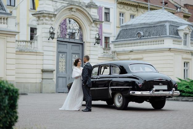 Belle coppie retrò contro auto d'epoca