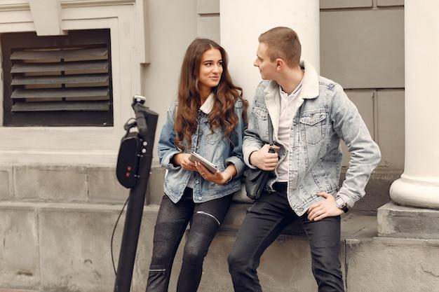 Belle coppie trascorrono del tempo in strada