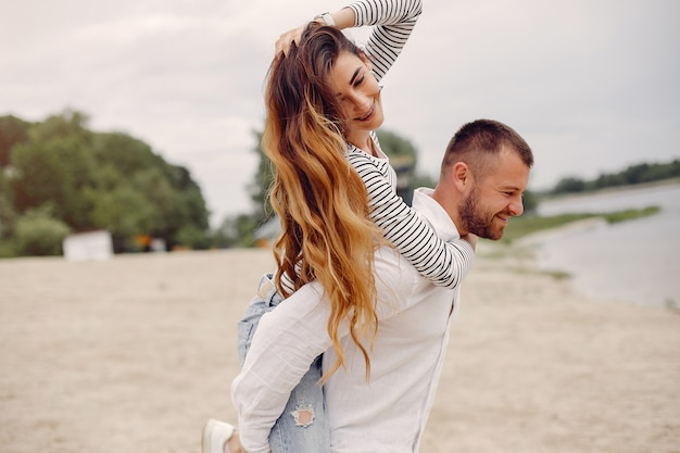 Belle coppie trascorrono del tempo in un parco estivo