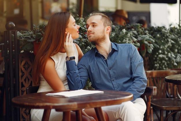 Belle coppie trascorrono del tempo in una città estiva