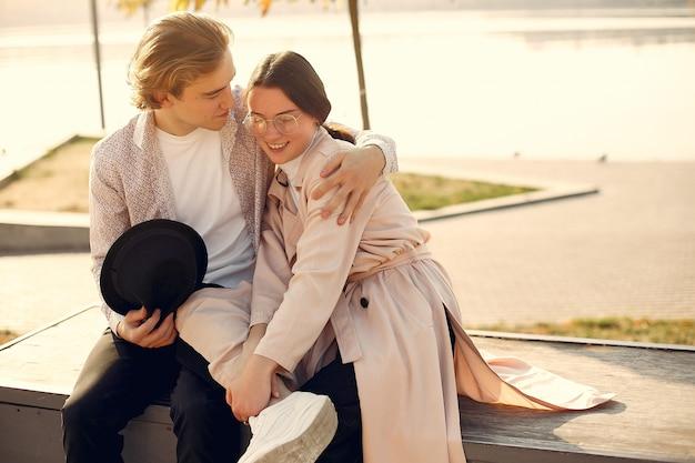 Belle coppie trascorrono del tempo in una foresta d'estate