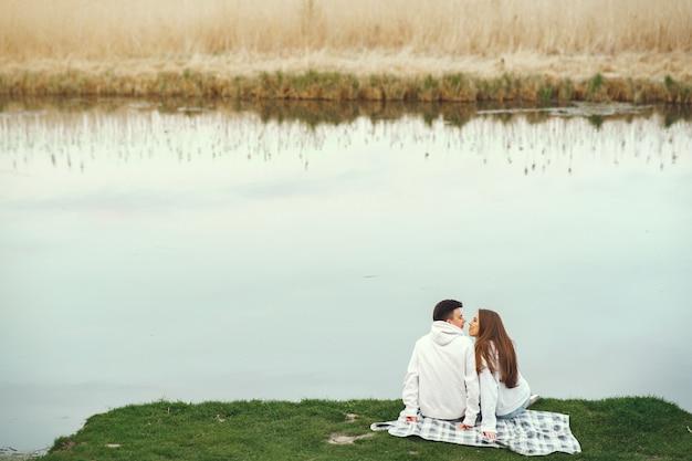 Belle coppie trascorrono del tempo in una foresta di primavera