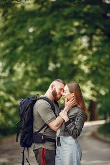 Belle coppie trascorrono del tempo in una foresta