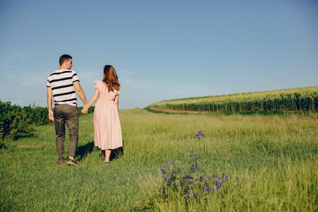 Belle coppie trascorrono del tempo su un campo estivo