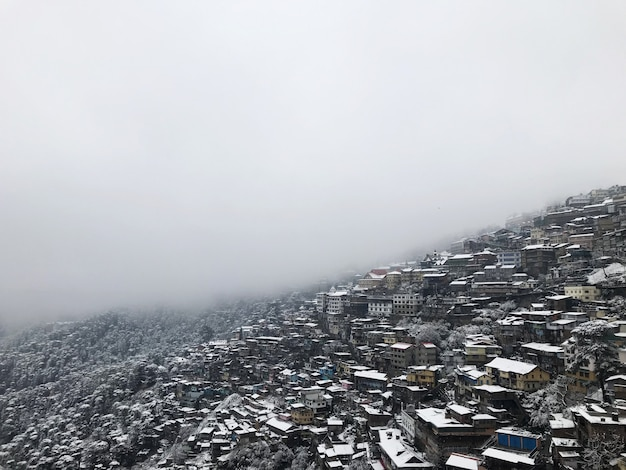 Belle costruzioni di architettura della montagna coperte di neve