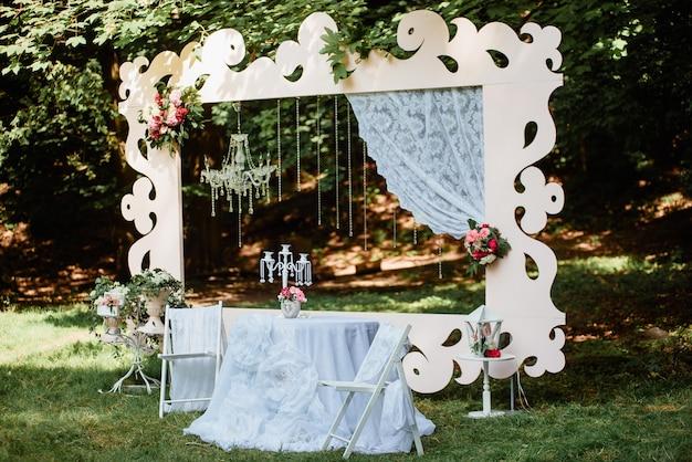 Belle decorazioni pastello di cerimonia di nozze in parco