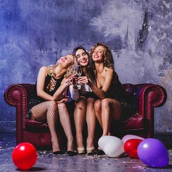 Belle donne amici seduti sul divano