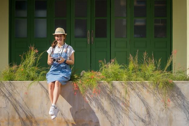 Belle donne asiatiche che sorridono, jeans d'uso di risata della signora, facenti foto all'estate