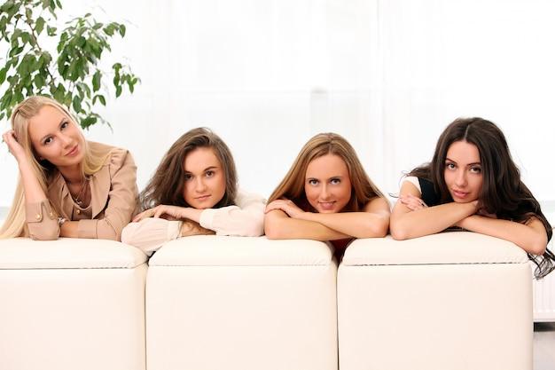Belle donne caucasiche che posano a casa