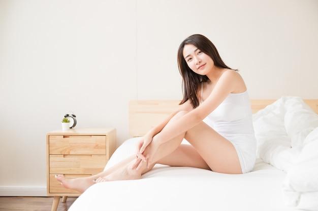 Belle donne di casa a letto