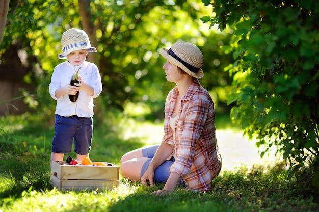 Belle donne di mezza età e il suo adorabile nipotino godendo raccolto