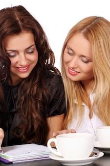 Belle donne giovani e attraenti