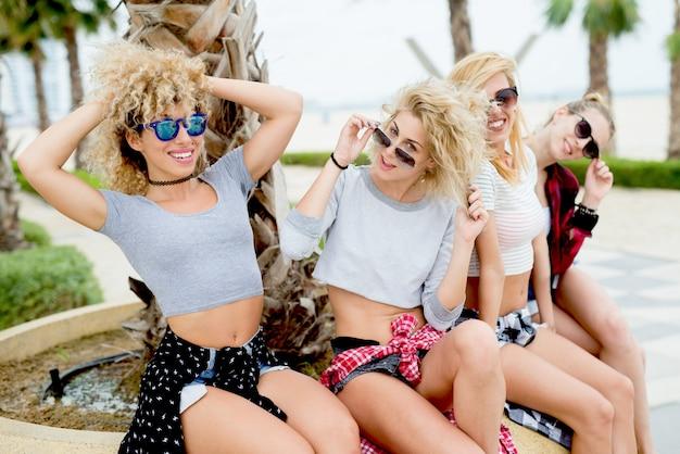 Belle donne in bikini e controllare camicie che camminano sulla spiaggia