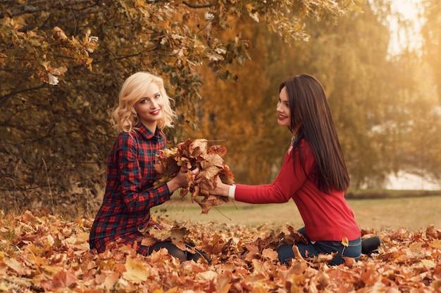 Belle donne nel parco d'autunno