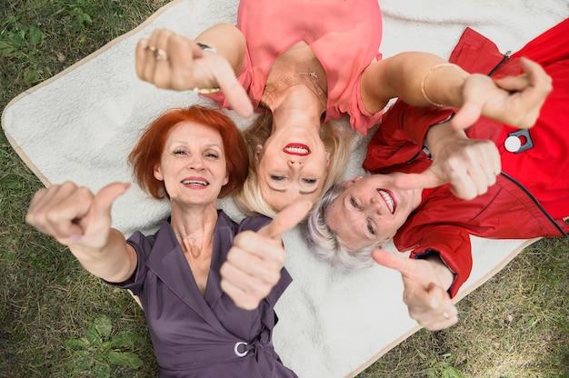 Belle donne senior sorridenti