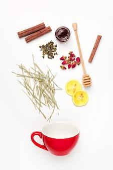 Belle e deliziose foglie di tè essiccate con erbe, fiori, bacche e frutti