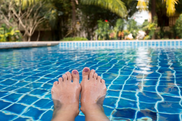 Belle gambe della donna in piscina.