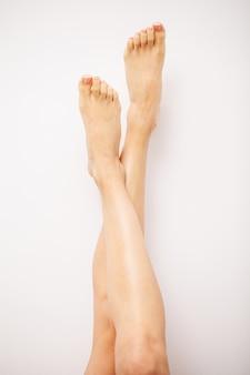 Belle gambe di una donna con una fresca pedicure