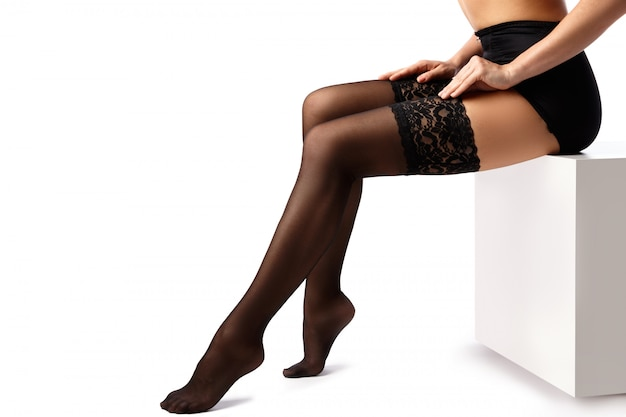 Belle gambe femminili in calze nere