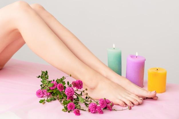 Belle gambe femminili nella spa.