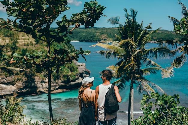 Belle giovani coppie che posano sul mare e sulla spiaggia amore e tenerezza