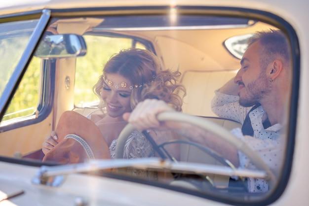 Belle giovani coppie che si siedono nella relazione romantica dell'automobile