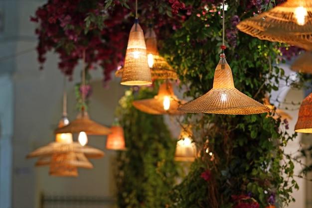 Belle lampade di vimini in un elegante ristorante di chora a mykonos