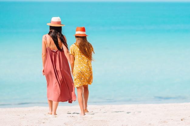 Belle madre e figlia in spiaggia degli emirati