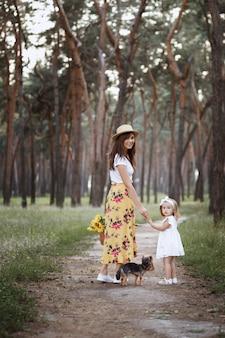 Belle madre e figlia in una passeggiata nella foresta