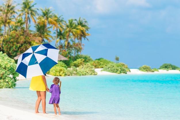 Belle madre e figlia sulla spiaggia