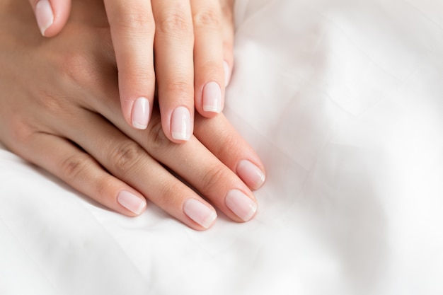 Belle mani su tela bianca