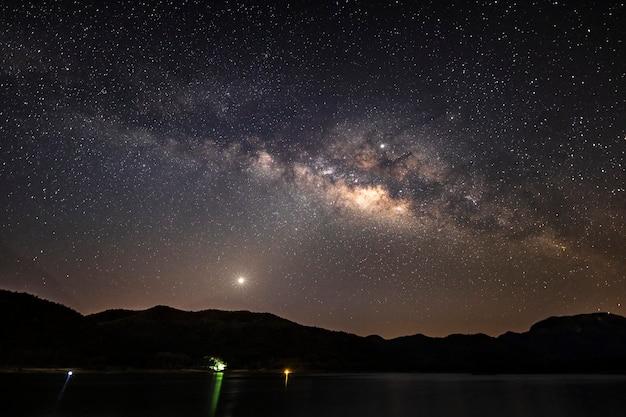 Belle montagne e lago del paesaggio nella notte con la via lattea, chiang mai, tailandia