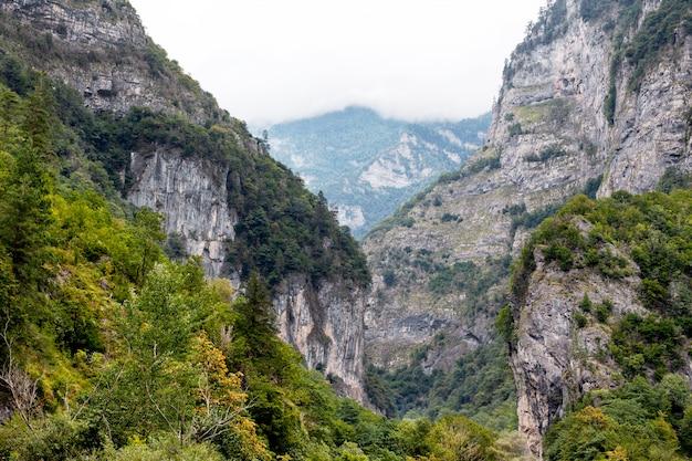 Belle montagne rocciose in abkhazia