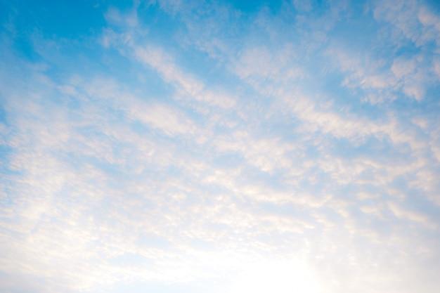 Belle nuvole bianche con cielo blu. gradiente di sfumatura di colore da bianco a blu