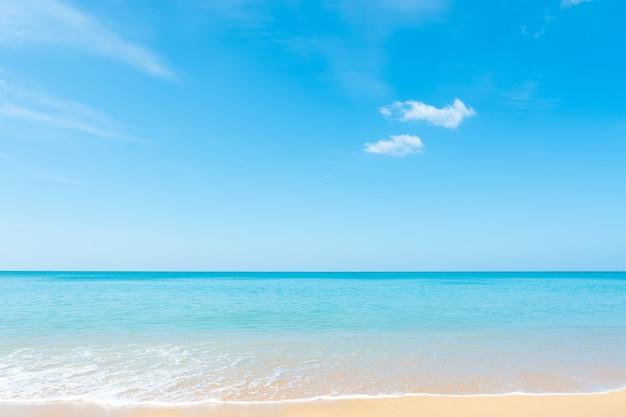 Belle nuvole bianche su cielo blu su sfondo di mare calmo.