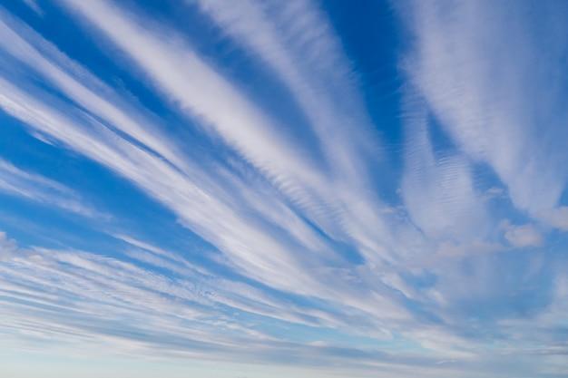 Belle nuvole bianche su un cielo luminoso blu