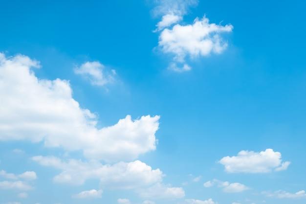 Belle nuvole del cielo blu per fondo.