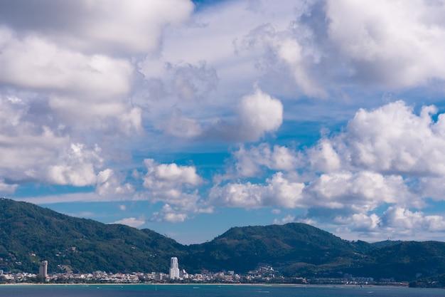 Belle nuvole su grandi montagne e spiagge.