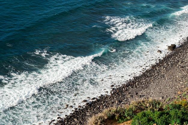 Belle onde dell'oceano blu