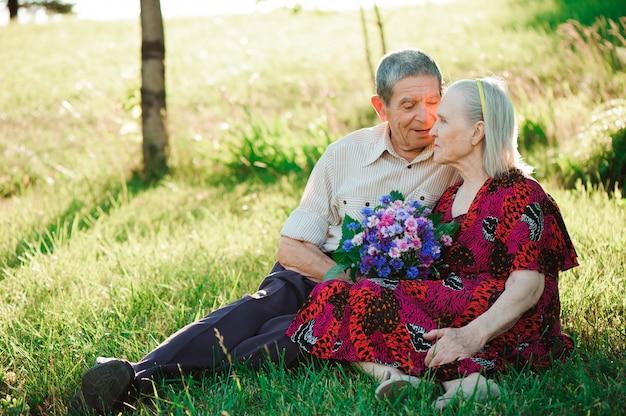 Belle persone anziane felici seduti nel parco.