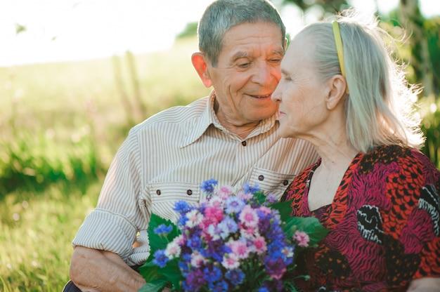 Belle persone anziane felici seduti nel parco
