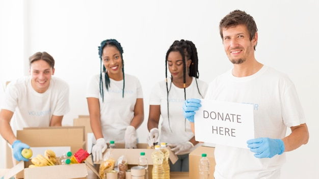 Belle persone che si offrono volontarie per donazioni per i poveri