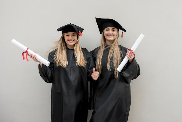 Belle ragazze alla loro laurea