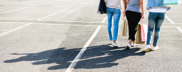 Belle ragazze asiatiche che tengono i sacchetti della spesa mentre stando all'aperto